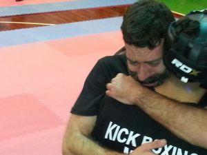 L'abbraccio commosso tra il vincitore della finale kick light categoria -70 Kg Roberto Regina e Paolo Mancuso, anch'esso della Palestra Star Fit Alcamo