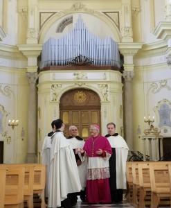 Vescovo con religiosi carmelitani