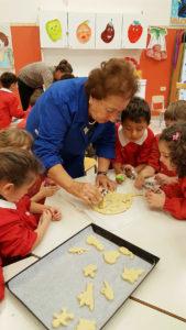 cuccia-anziane-bambini-biscotti1