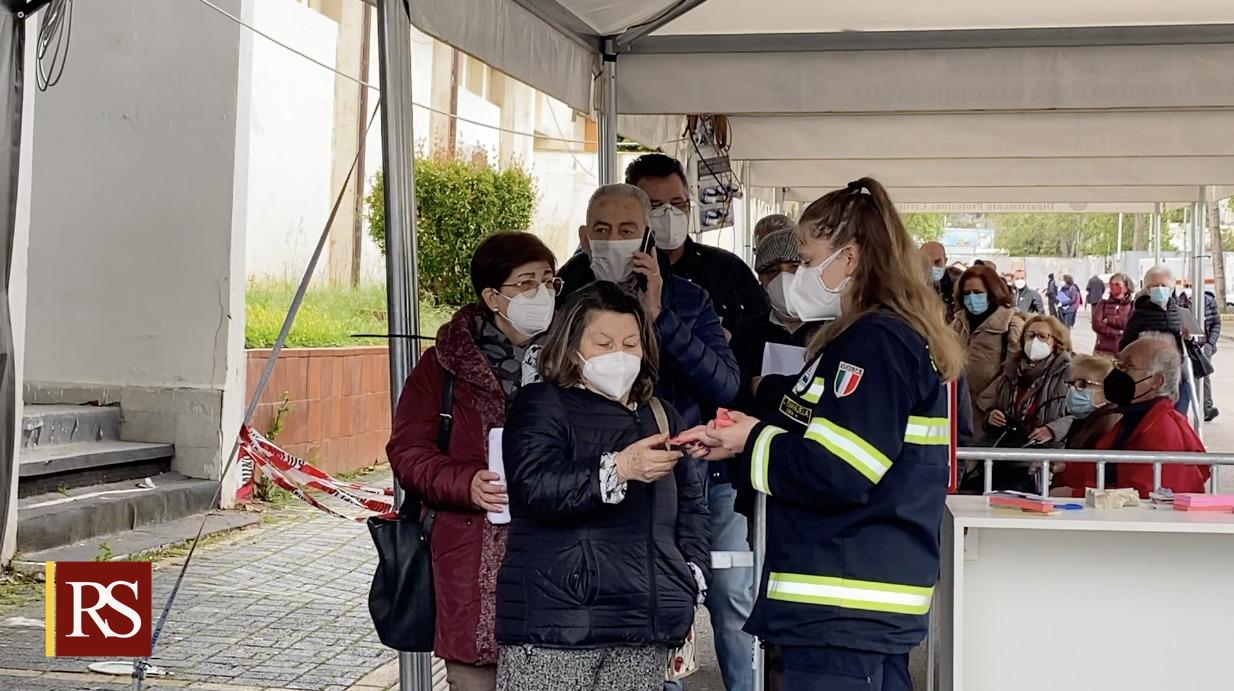 Vaccini, folla a Palermo per Open Day AstraZeneca